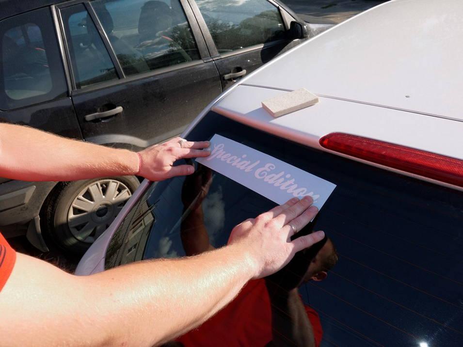 Наклеить пленку на стекло авто своими руками
