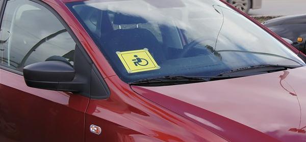 Куда крепится знак инвалид за рулем